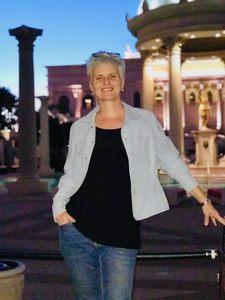 Yves me prend en photo durant notre voyage à Las Vegas. Nous sommes devant le Caesar palace. Nous vivons sans stress financier